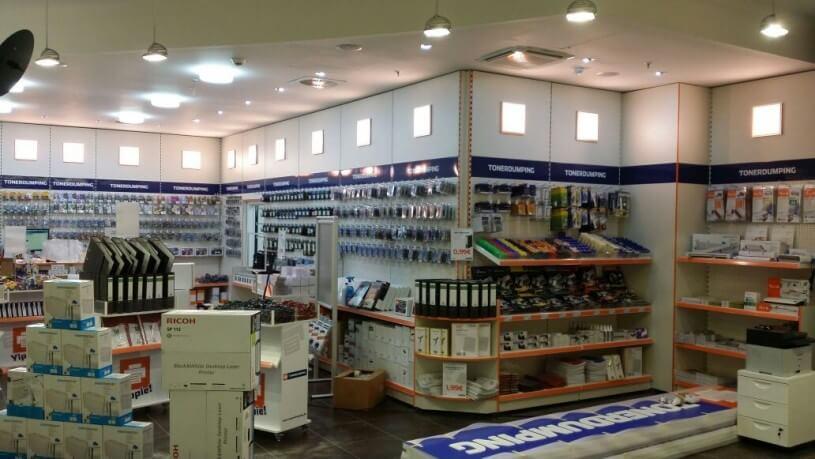 Auf dem Fußboden liegen die beiden Werbekästen. Morgen früh werden sie montiert und angeschlossen - modernste LED-Technik - versteht sich.
