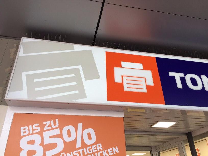 Das TONERDUMPING-Symbol und die Buchstaben sind dekupiert. Sie wurden auf die Plexiglasscheibe geklebt. Das gibt einen netten 3D-Effekt.