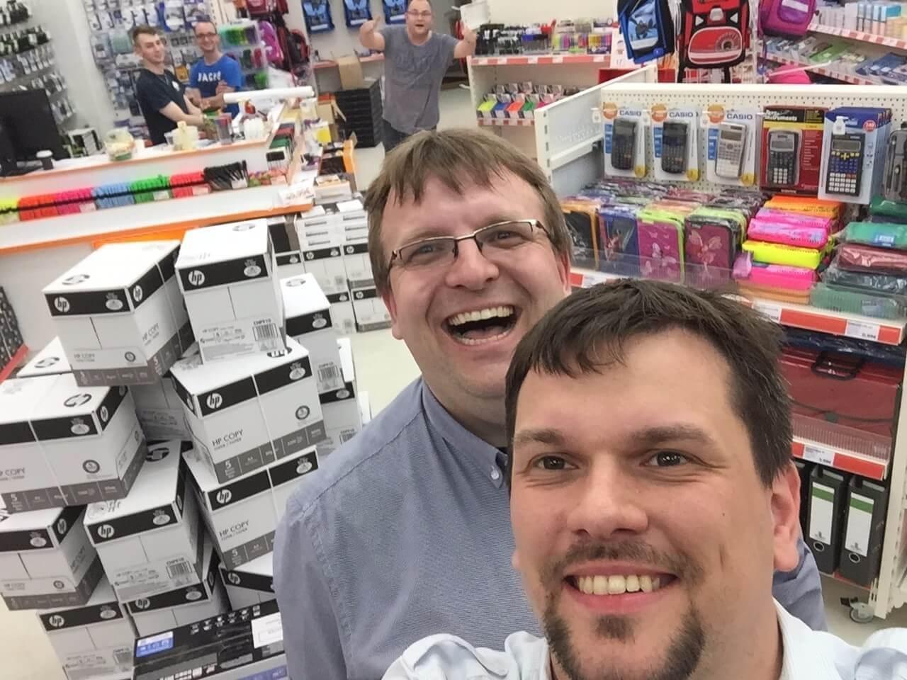 Die Chefs grinsen in das Selfie-Foto.
