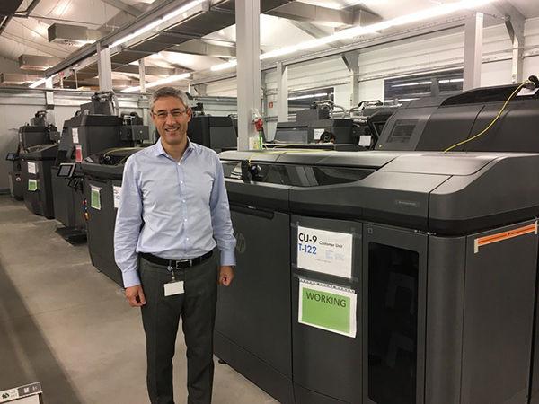 Chef der 3D-Abteilung bei HP, Ramon Pastor, neben dem HP Jet Fusion 3D 4200
