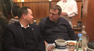 Senior Vice President der Apex Technology Co. Ltd, Jason Wang und Geschäftsführer von TONERDUMPING, Friedbert Baer unterhalten sich während der chinesischen Neujahresfeier am Vorabend der Messe