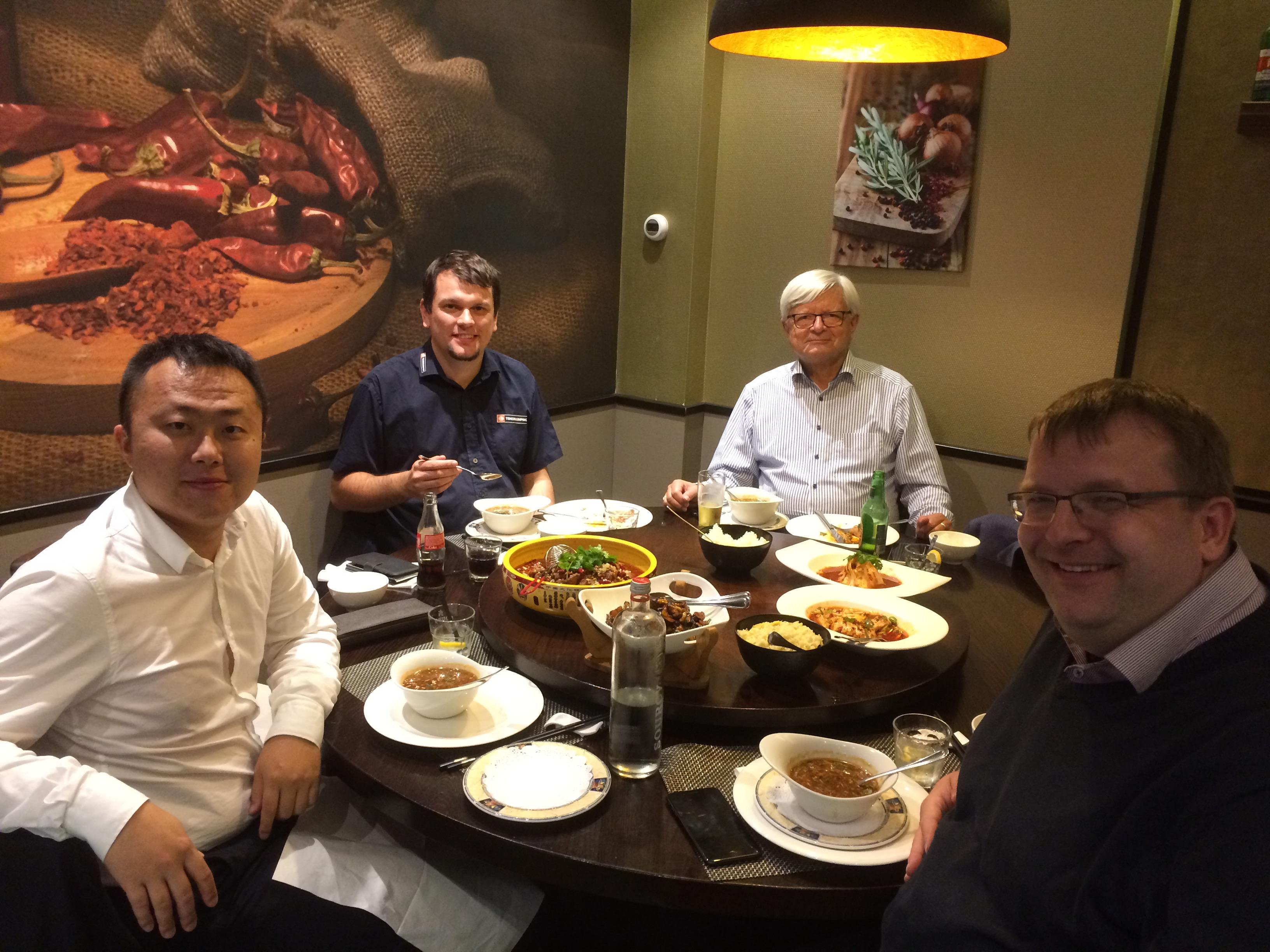 Mittagessen in einem traditionell chinesischen Restaurant in Amsterdam. Seine Holland Geschäftsführer Oleg Zhao und das TONERDUMPING-Team Daniel Orth, Karl Kallinger und Friedbert Baer (von links nach rechts).