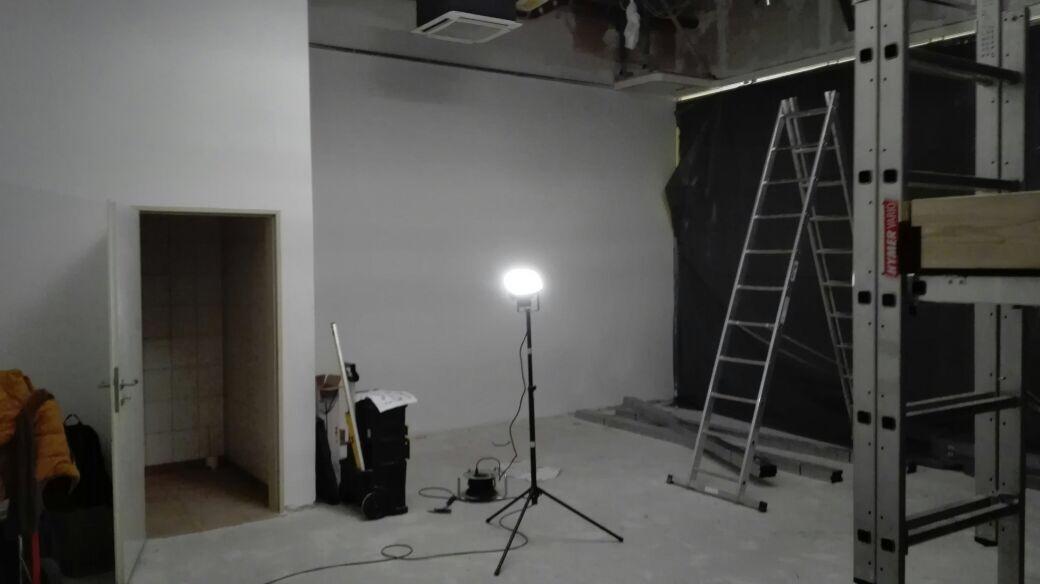 Die Wände sind schon einmal weiß gestrichen. Einen Boden gibt es allerdings noch nicht.