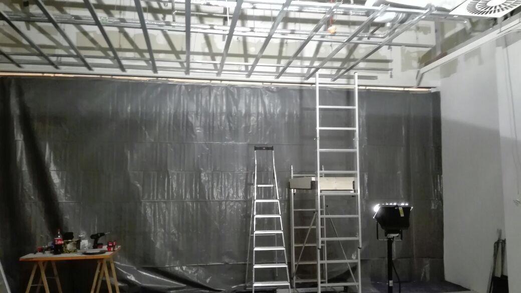 Die Deckenkonstruktion ist bereits montiert. Am Montag beginnt die Sprinkler-Firma für den nötigen Brandschutz zu sorgen.