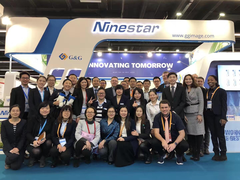 Auf dem Gruppenbild die Mitarbeiter von Ninestar und TONERDUMPING
