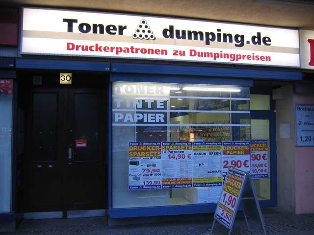 Preisschilder in der Auslage und ein riesiger Leuchtkasten - so sah die Müllerstraße 30 zu ihrer Eröffnung aus.