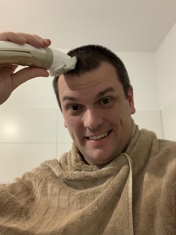 TONERDUMPING Geschäftsführer Daniel Orth testet den Haarschneider an sich selbst aus. Mit Erfolg.